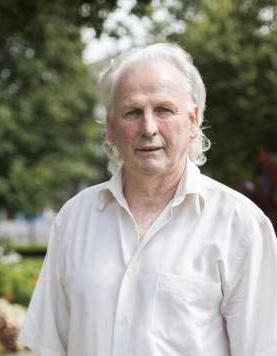 Der am 17. Oktober 1954 geborene René Botteron wuchs in Netstal auf. Heute lebt er mit seiner Frau in Riehen bei Basel und arbeitet bei einer Bank
