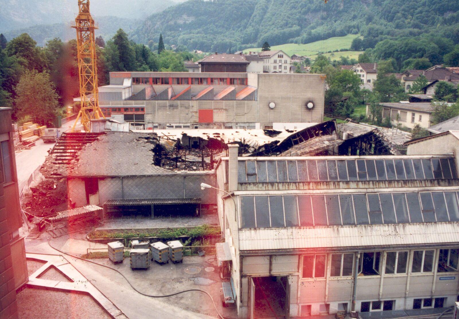 Blick auf den riesigen Schadenplatz mit dem total zerstörten Fertigwarenlager.