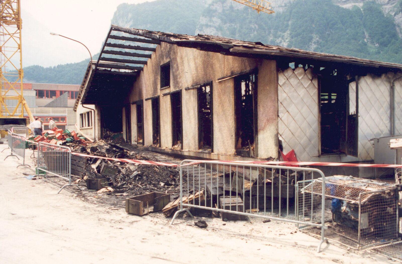 Trotz gezieltem, massivem Wasser- und Schaumeinsatz brannte das Fertigwarenlager vollständig aus.