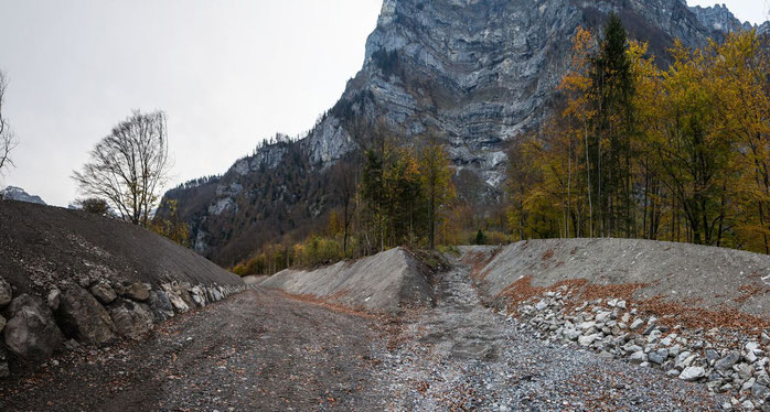 Schutzwall Hof mündet in Plängglirunse.