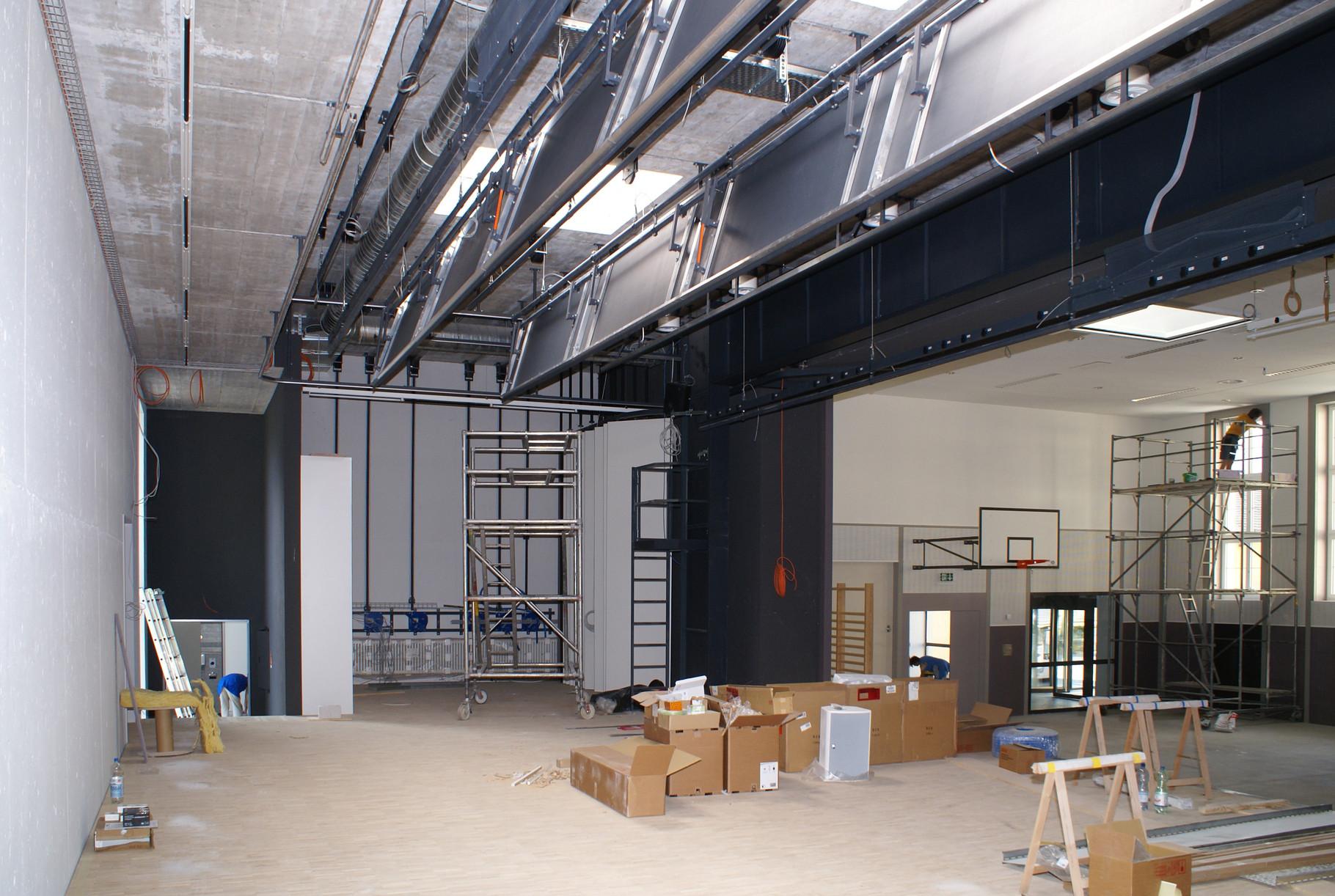 Bühneninstallation mit Tunrnhalle