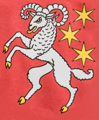 Das Wappen zeigt in Rot einen silbernen Widder, begleitet von drei sechsstrahligen, goldenen Sternen.