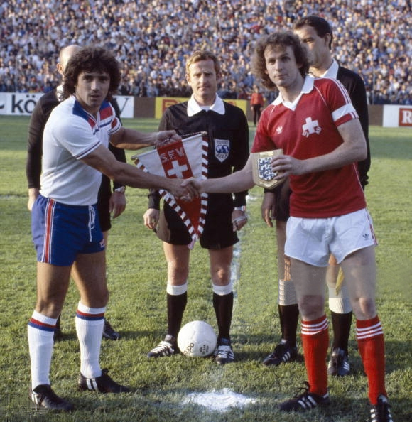 René Botteron als Kapitän der Nationalmannschaft tauscht mit dem britischen Kapitän im St. Jakobstadion die Wimpel aus. Dieses WM Ausscheidungsspiel gewannen die Schweizer am 30. Mai 1981 2:1