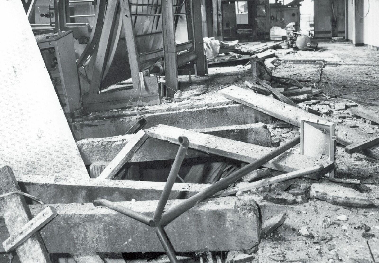 Selbst dicke Betonböden wurden durch die Wucht emporgehoben.