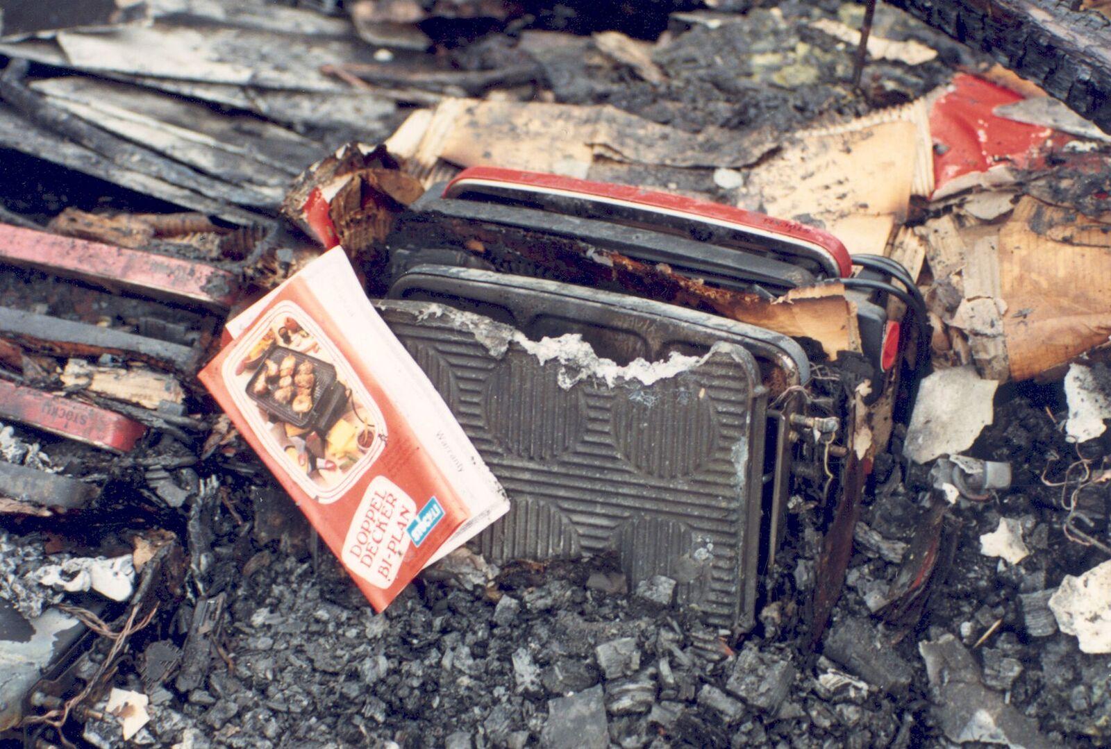 Auch dieser Tischgrill wurde ein Opfer der Flammen.