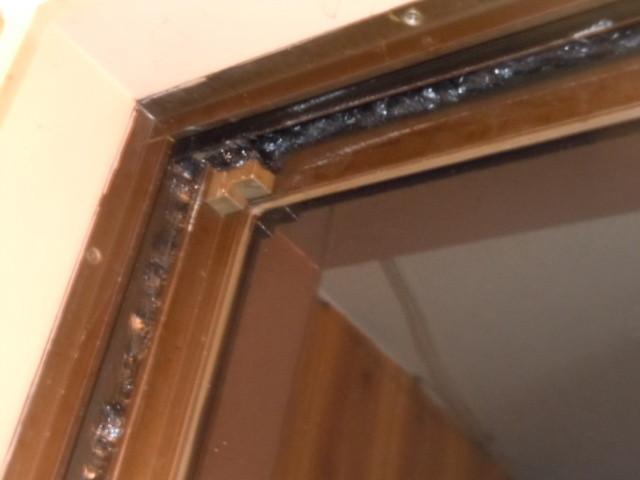 まず窓ガラス(内側)の隙間をコーキングして完全に埋める