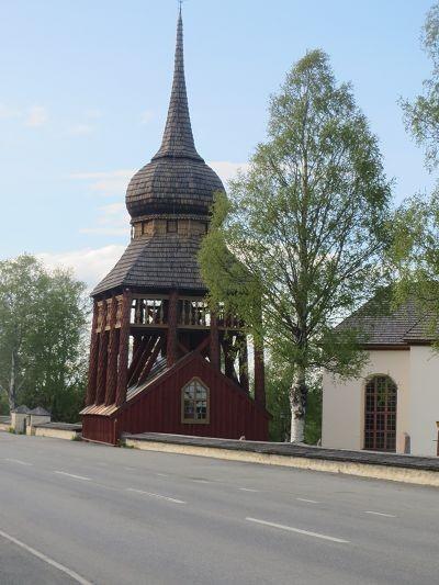 Glockenturm, daneben die Kirche