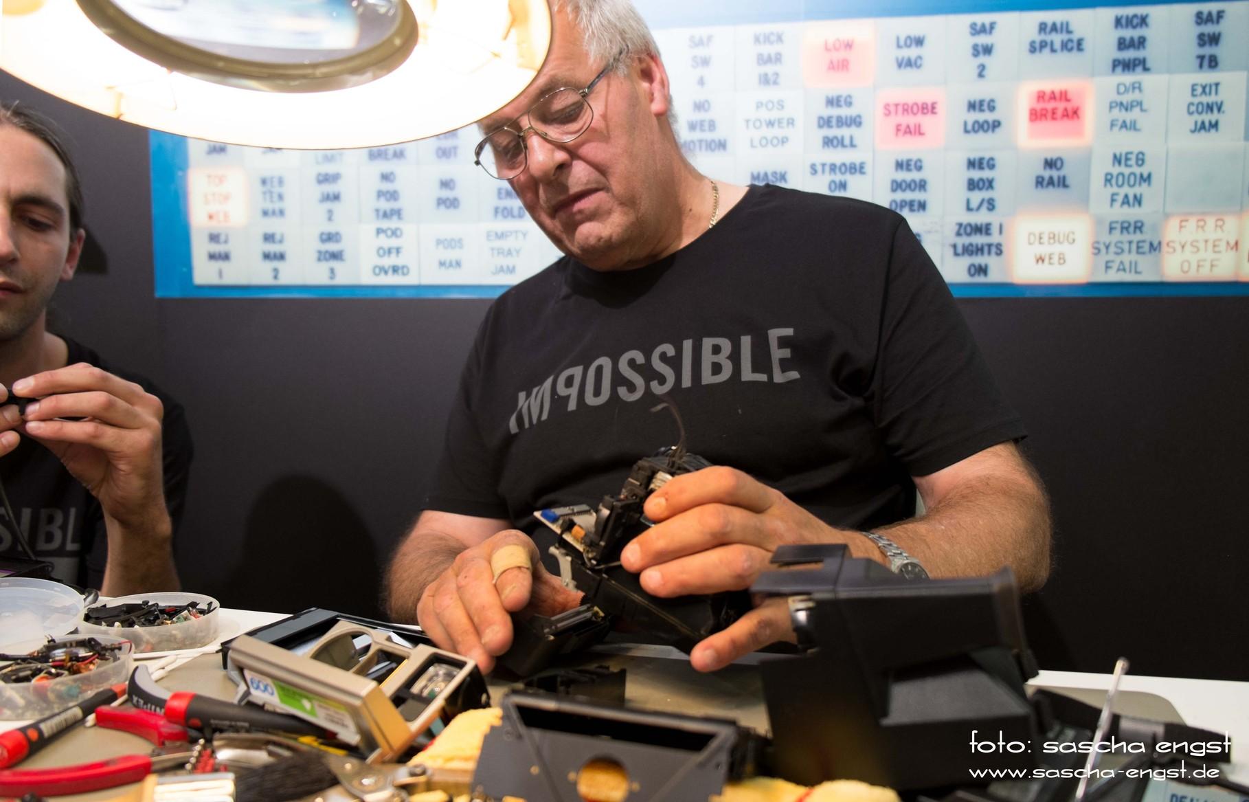 Alte Polaroid-Kameras werden am Stand von Impossible Project gewartet