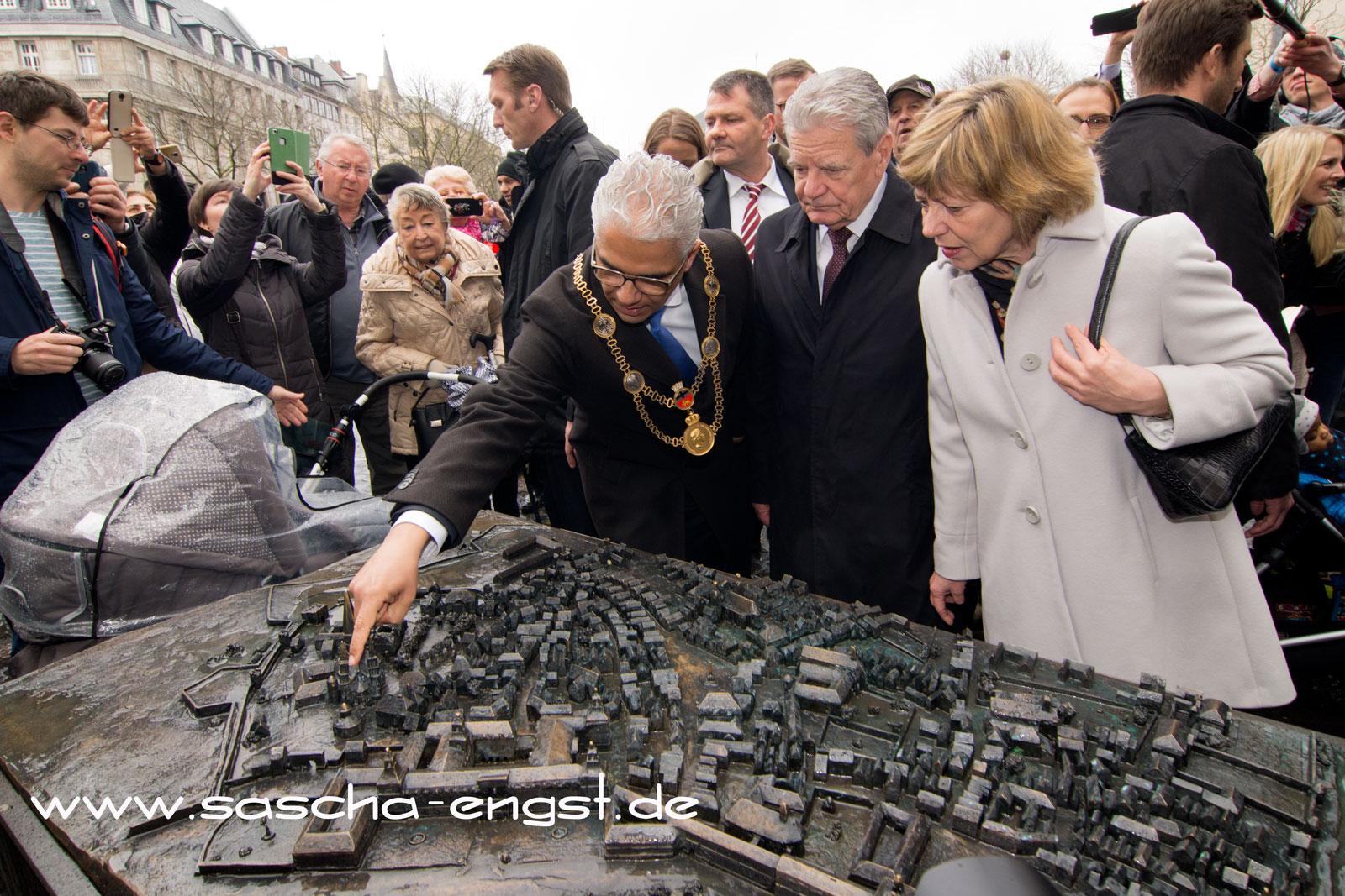 Bonns Oberbürgermeister Ashok Sridharan erläutert dem Bundespräsidenten das bronzene Stadtrelief.