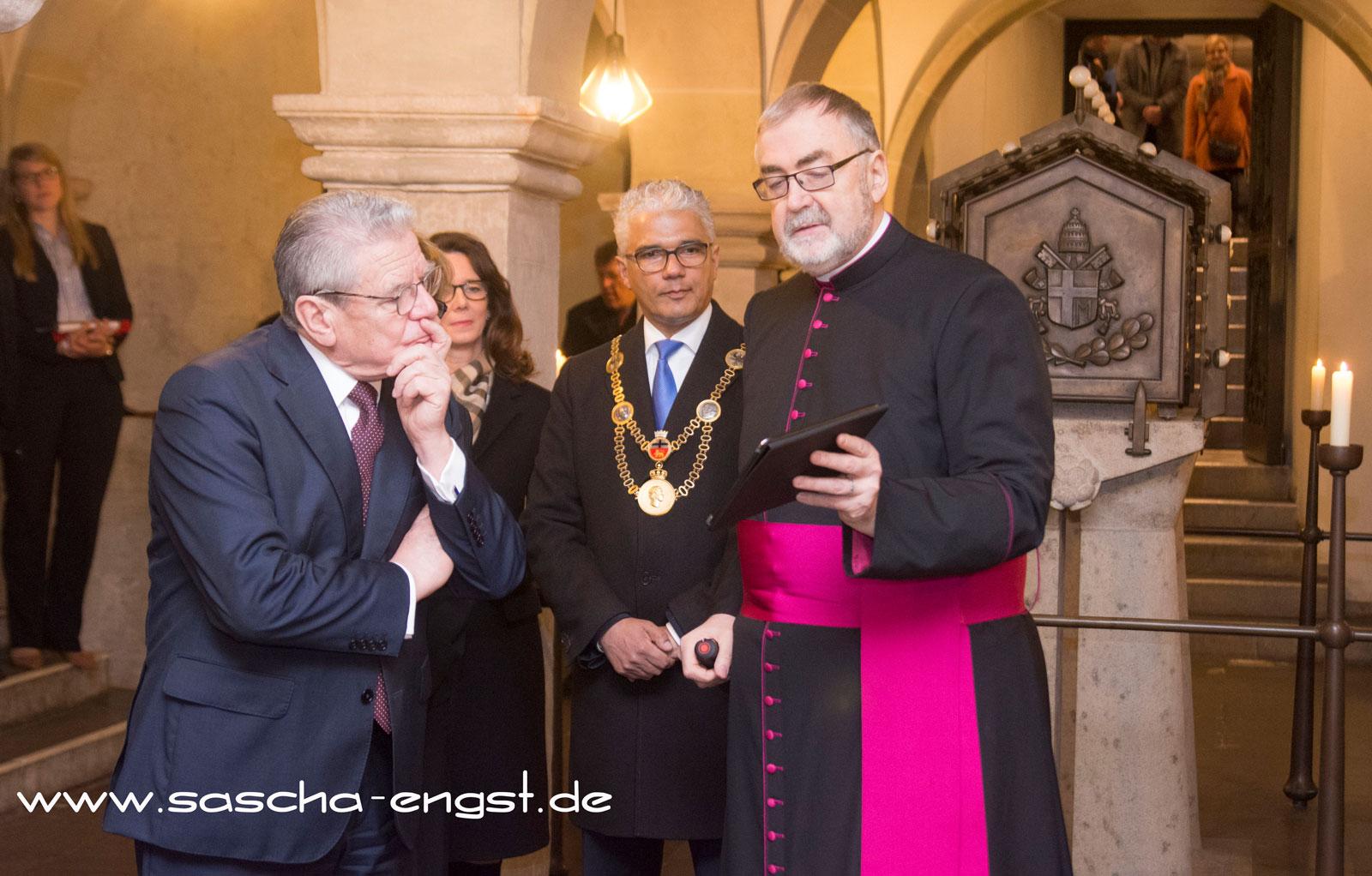 Stadtdechant Monsignore Wilfried Schumacher erklärt dem Bundespräsidenten und dem Bonner OB die Architektur des Bonner Münsters.