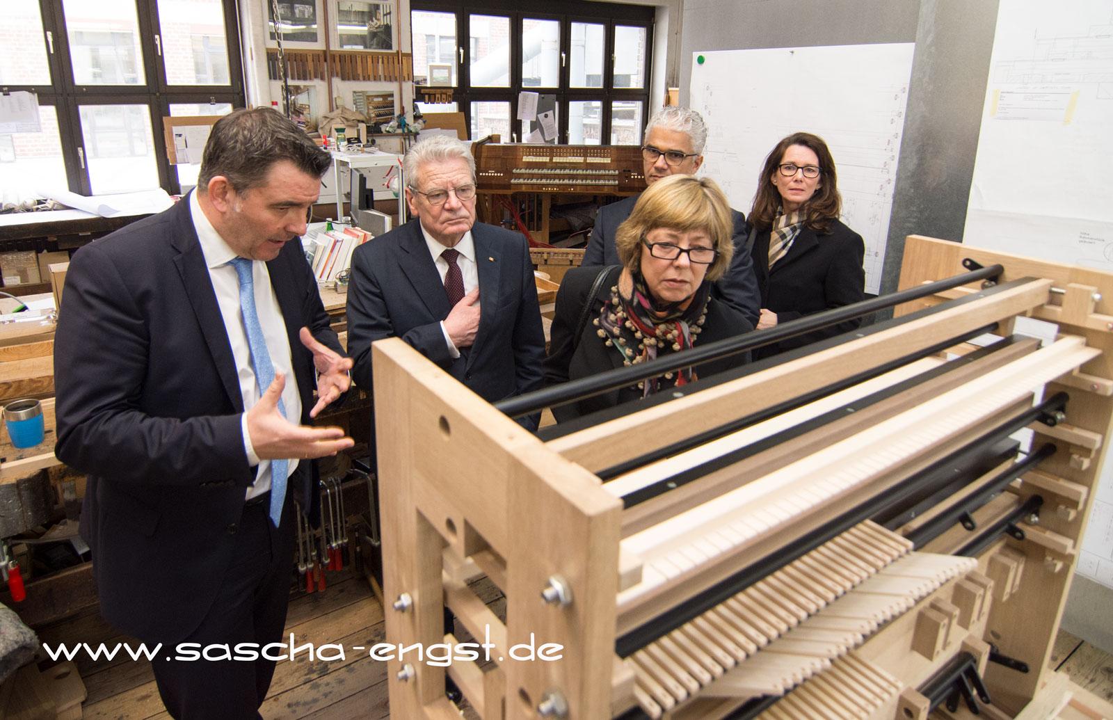 Bei der Firma Orgelbau Klais lässt sich Gauck in die Geheimnisse des Orgelbaus einweihen.