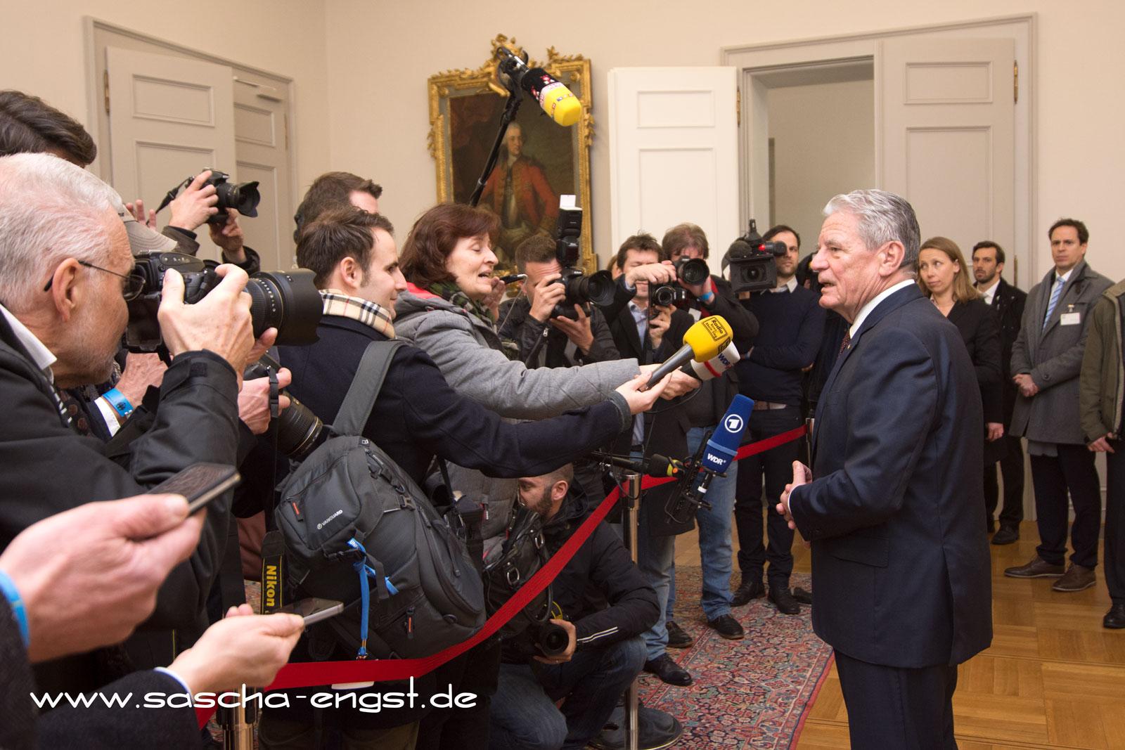 Gauck gibt ein Pressestatement ab.