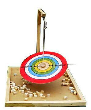 L'équilibre  : De deux à 4 joueurs Il s'agit de poser sur le plateau, de petites pièces de bois à l'endroit indiqué par le lancer de dé.  Attention ! Celui qui fait basculer le plateau a perdu !      A partir de 5 ans