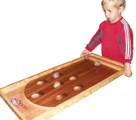 Le culbuto : Six oeufs en bois à faire rentrer dans les trous pour marquer le plus de points possible. Dès 5 ans