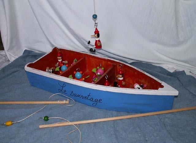 Le sauvetage : Ă 2 , 3 ou 4 , un jeu pour sauver les occupants de la barque et être recevoir le titre de « sauveteur de l'année »  La barque est posée au sol sur un tissus bleu, sur lequel les sauveteurs ne peuvent pas marcher !    A  partir de 4 ans