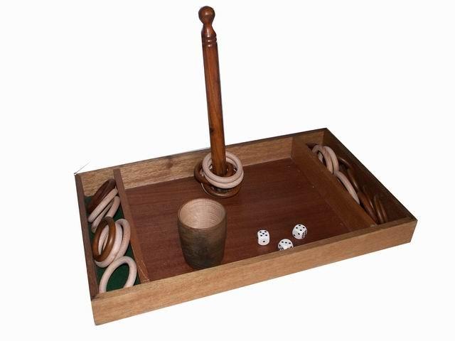 Jeu de la bézette : Jeu de hasard et de dés.Se débarrasser le plus vite de ses anneaux pour gagner la partie.   A partir de 6 ans