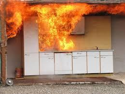 Sehr gefährlich: Fettbrand mit Wasser gelöscht