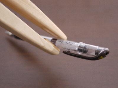 すべりやすく掴みにくいペンもしっかりはさみます