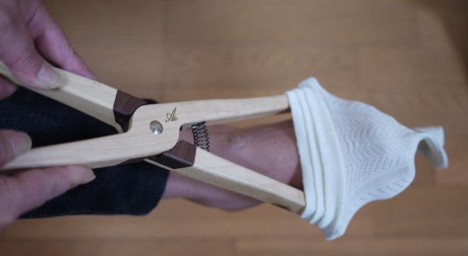 外反母趾があっても、15cmまで開きますので足幅に添わせて履きます