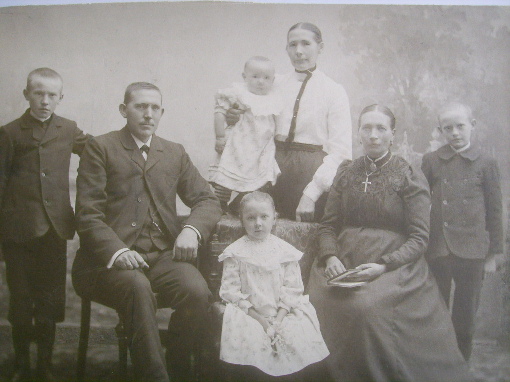 1. Generation Wilhelm Tillmann links sitzend. Geb.1860.  Gest.1930.   2.Generation Wilhelm Tillmann links stehend Geb.1894.  Gest.1963