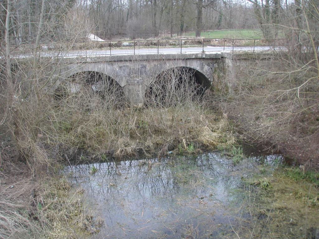 Pont canal à Riancey commune de Saint Lyé enjambant la Fausse Rivière prolongement artificielle de la Rivière Noire