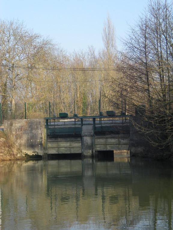 Seine Troyes vannage des flotteurs vue de l'amont