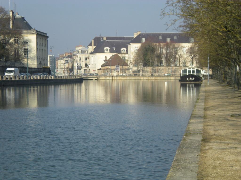 Troyes bassin de la préfecture de l'Aube ancien port du canal de la Haute Seine