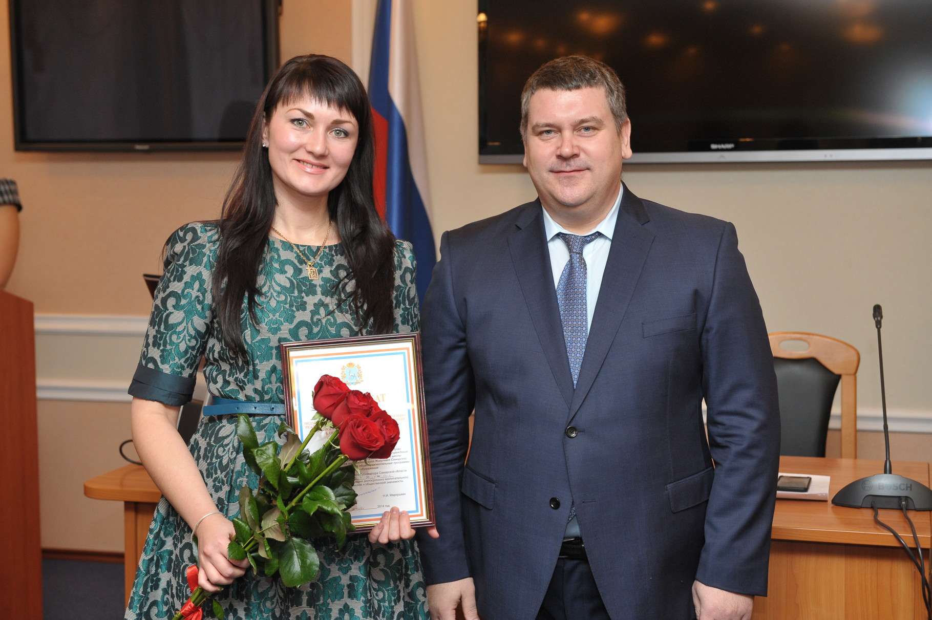 Награждение Премией Губернатора(вручает Овчинников Д.Е.)