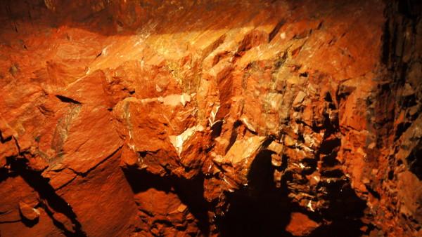 Das Erz endstand durch untermeerische Ausfällung an den Flanken des Vulkans