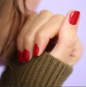 Jolies mains et ongles vernis
