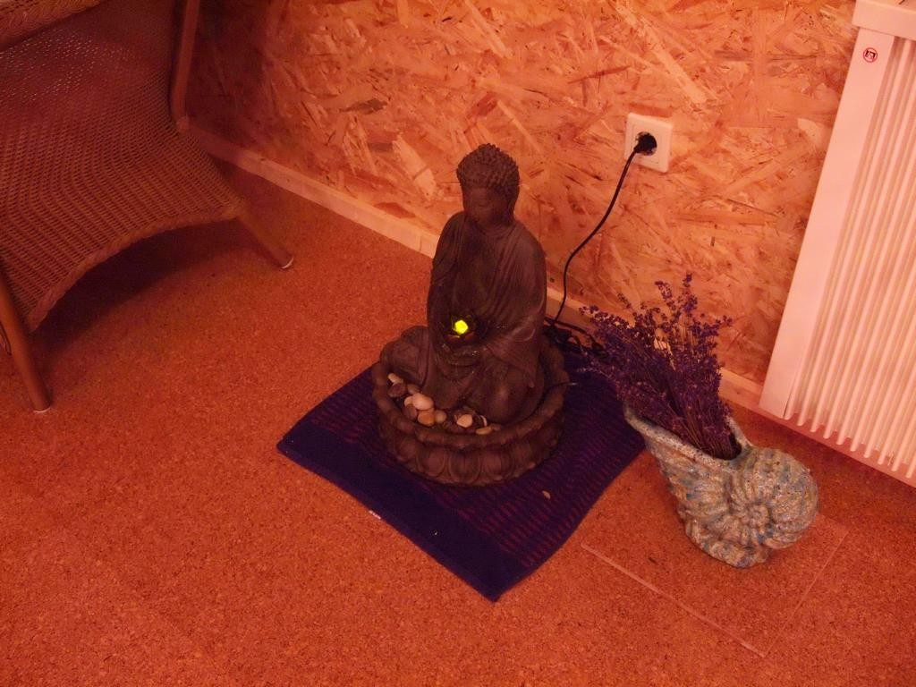 Ein plätschernder Buddhabrunnen