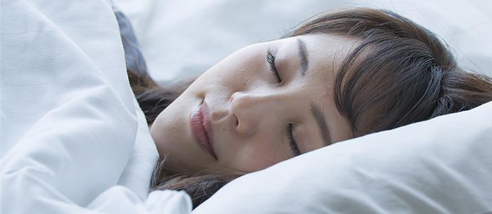 最適な温度や湿度のイメージ写真 ぐっすり眠る女性