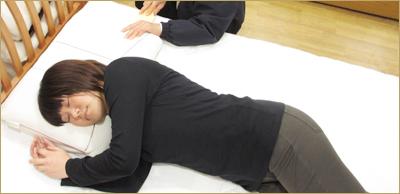 寝てみて枕の高さを確認していきます その調整の様子