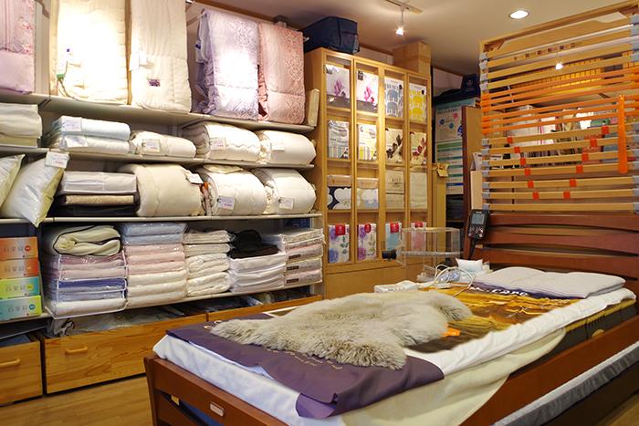 店内のイメージ写真 店中央にあるベッド