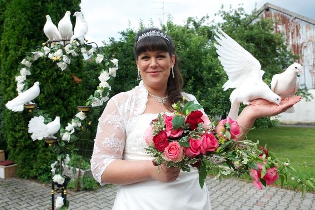 Die Braut mit zwei Tauben auf der Hand