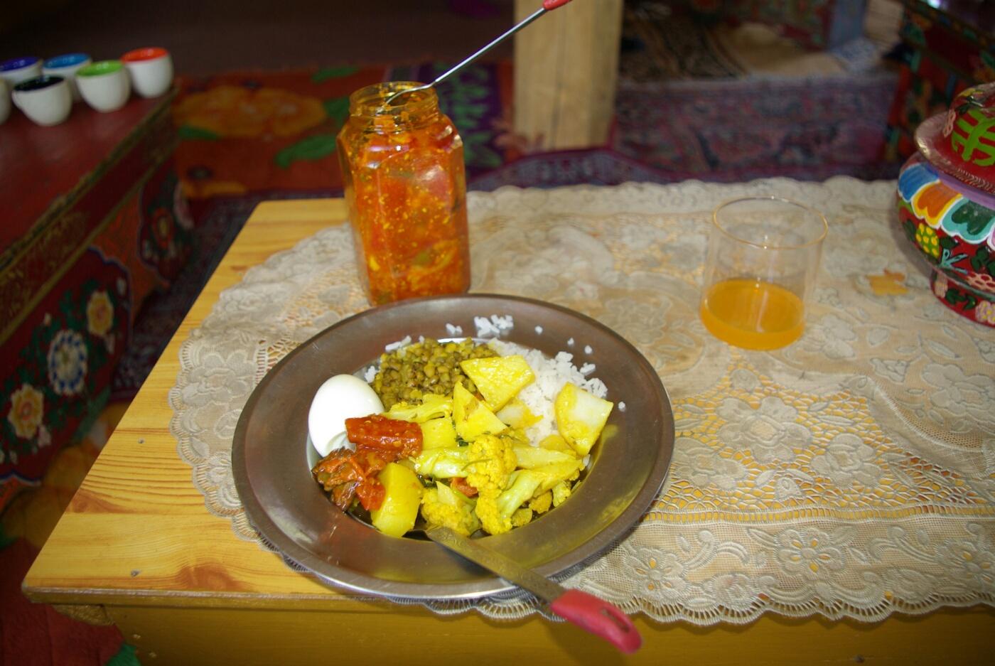 Amchi: Reis, Linsen, gekochtes und eingelegtes Gemüse