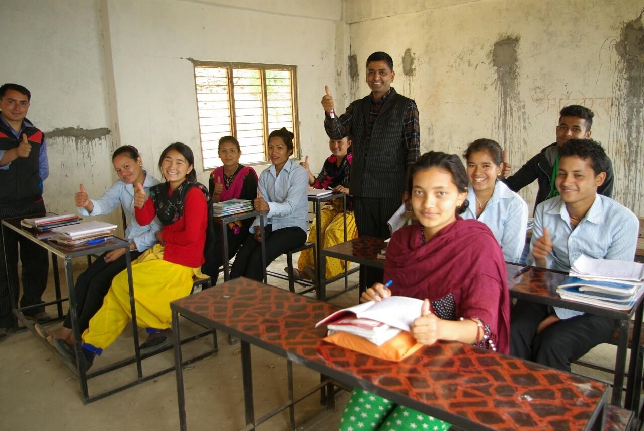 Klasse 11 freut sich über das neue Mobiliar