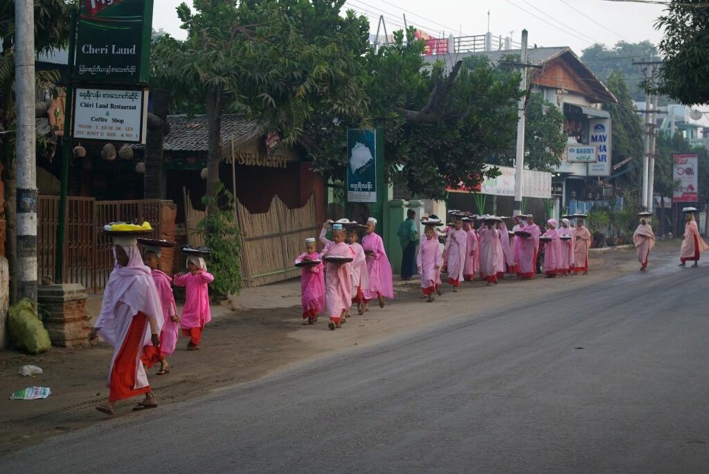 Das tägliche Ritual am frühen Morgen: Reis und andere Lebensmittel sammeln. Aber die Mädchen haben ihren Spaß dabei.