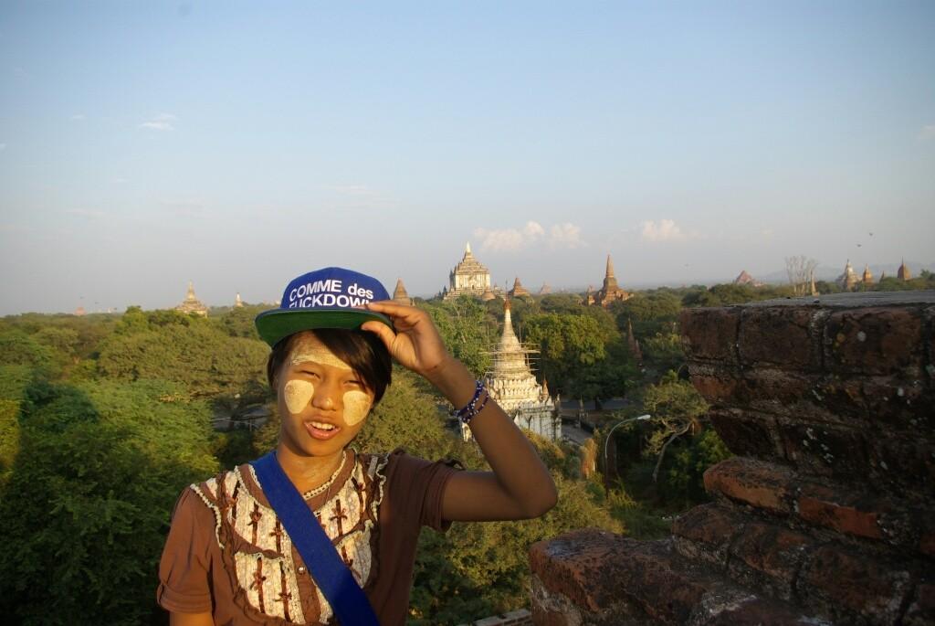 Pubu, mit viel Thanaka auf den Wangen, bietet sich als Fremdenführerin an um dann ihre Ansichtskarten zu verkaufen