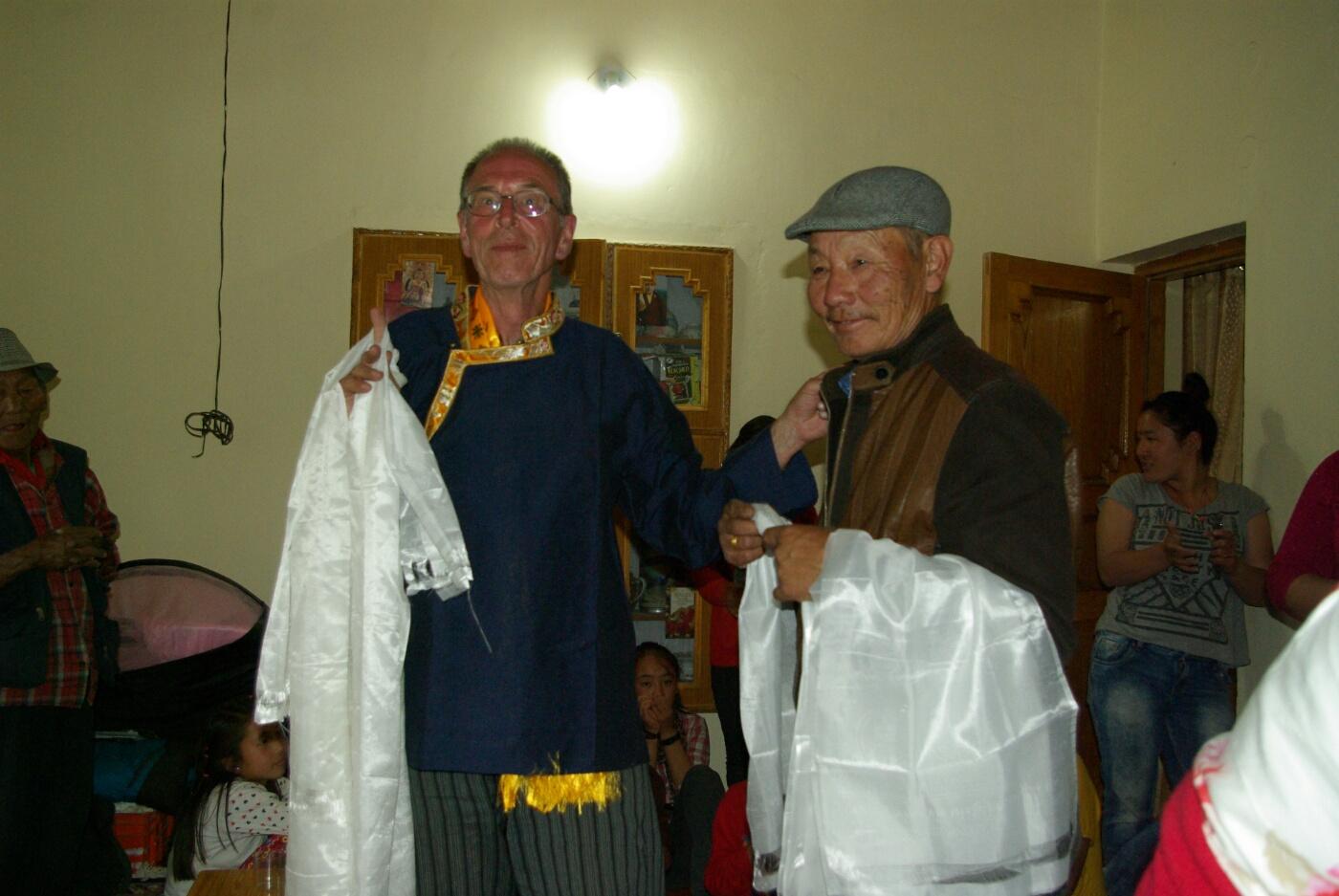 Choglamsar: ...und ein tibetisches Hemd als Geschenk