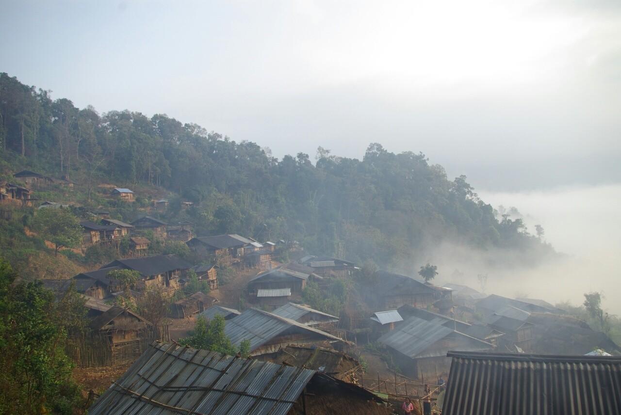Der Morgennebel steigt aus dem Tal herauf.