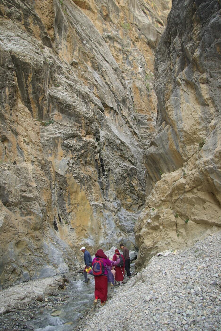 Phokar, Padmasambhava: Große Steine helfen beim Überqueren