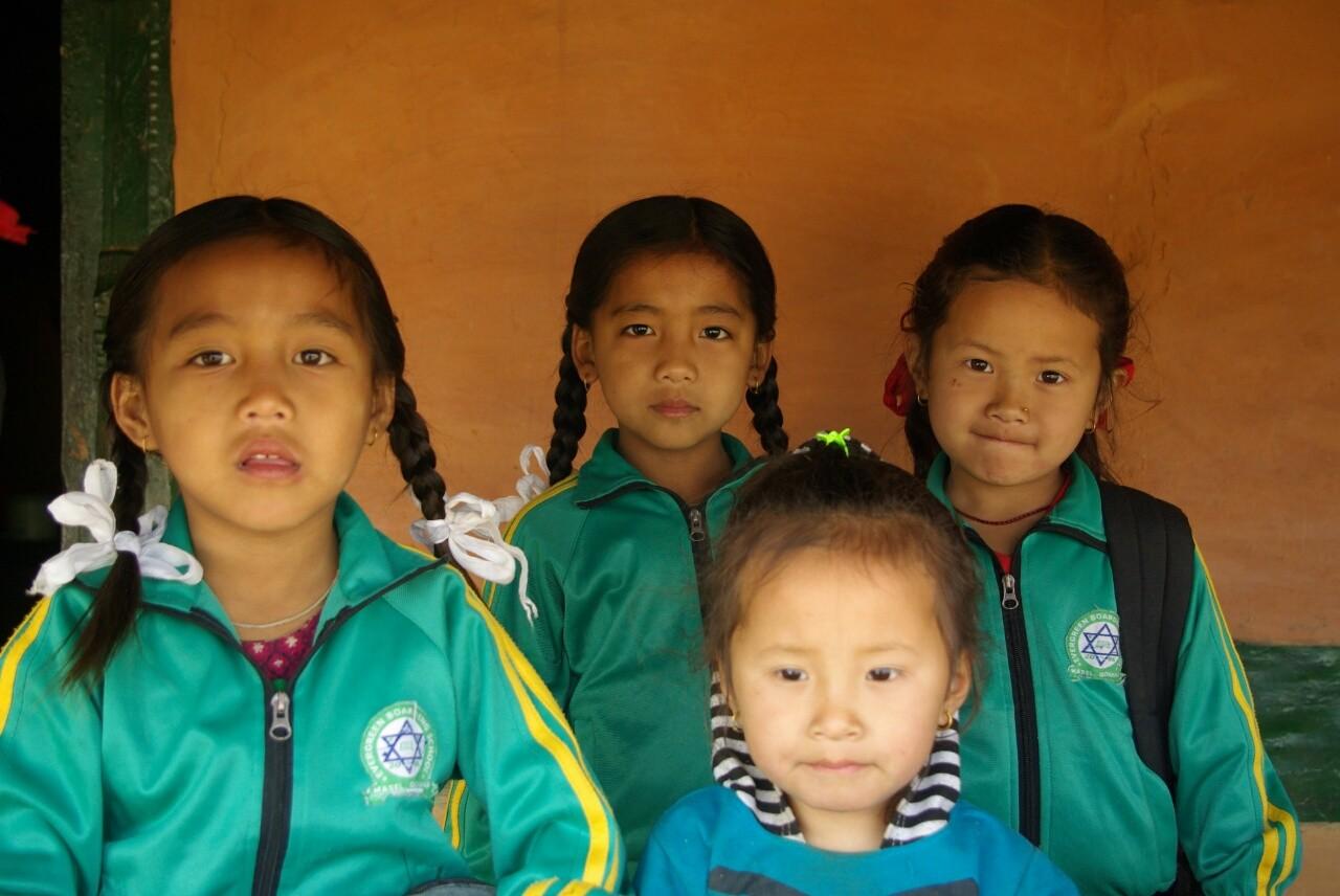 Die beiden Töchter Krishnas (links) sind fertig für den Schulbesuch