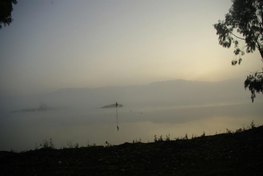 Der Nebel über dem See lichtet sich.