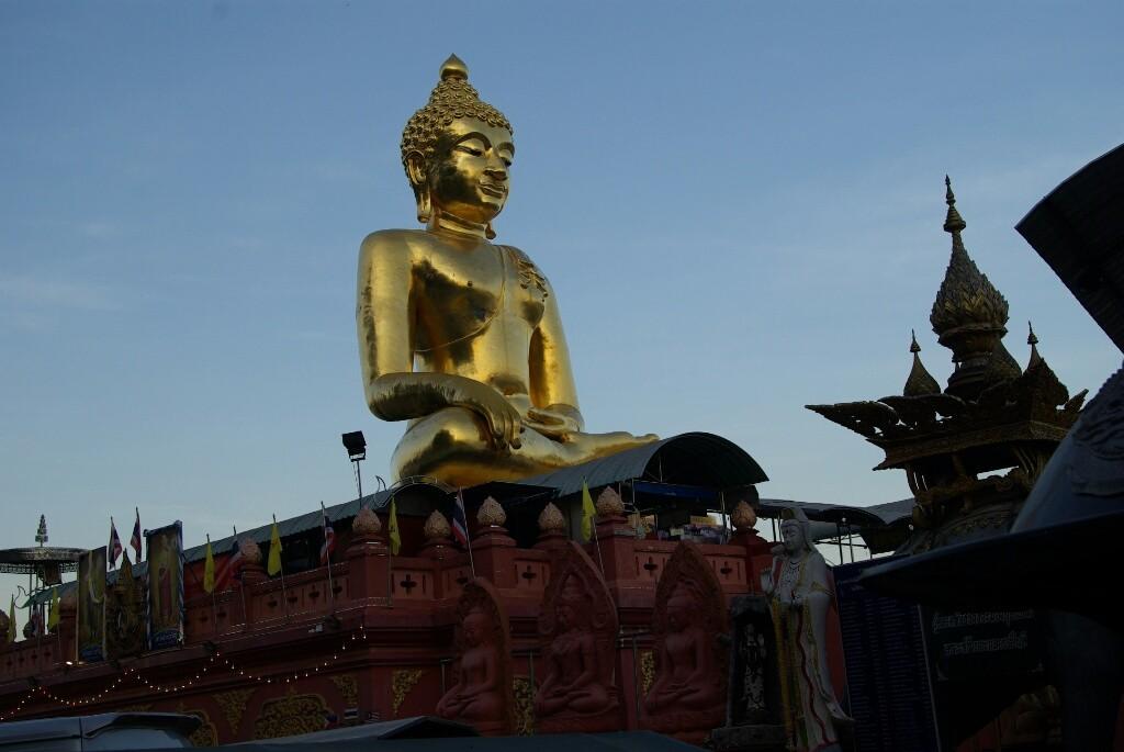 Auch am Fluss steht eine Pagode mit einer riesigen Buddhastatue.