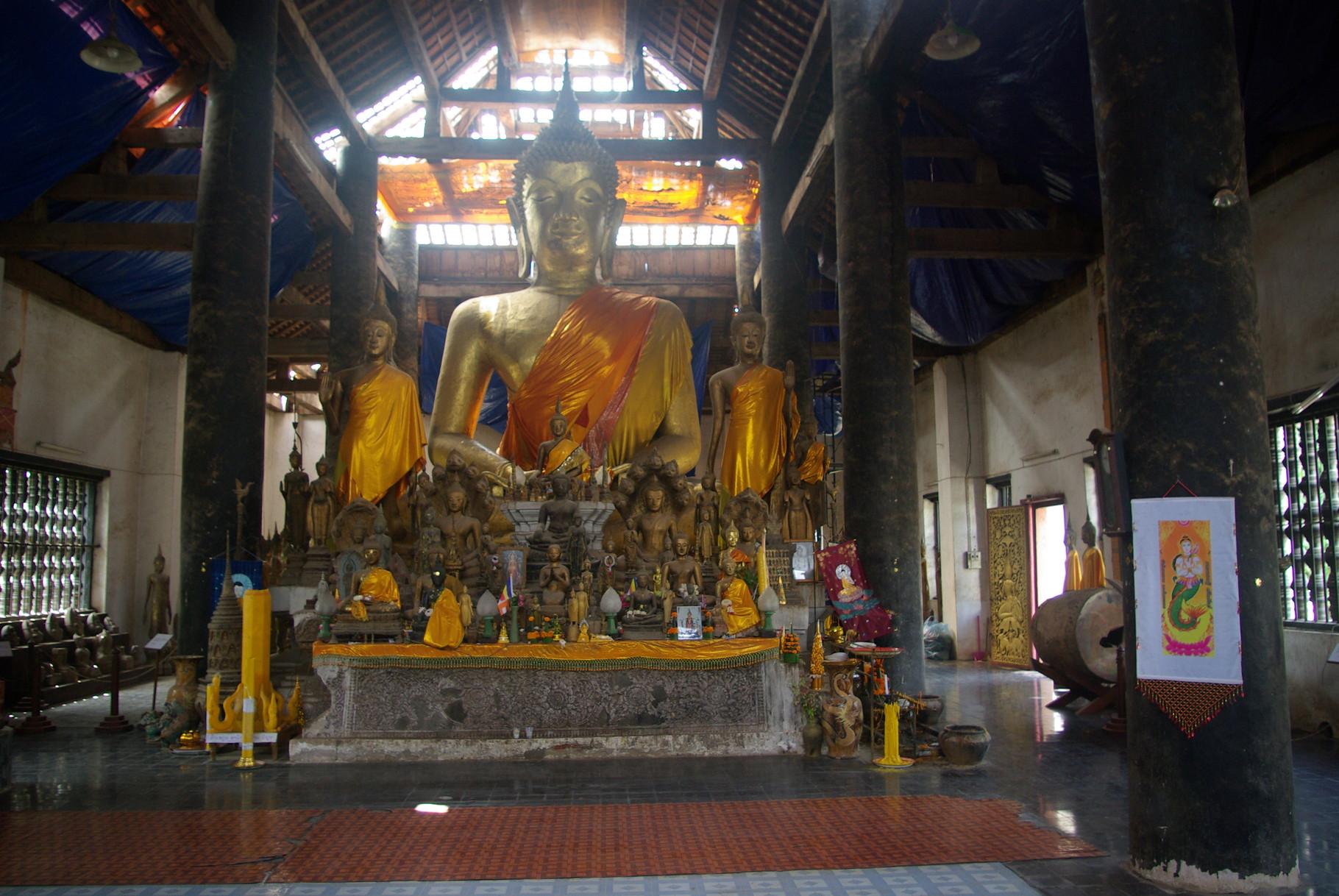 Wat Wisunalat. Das Dach wird neu gedeckt.
