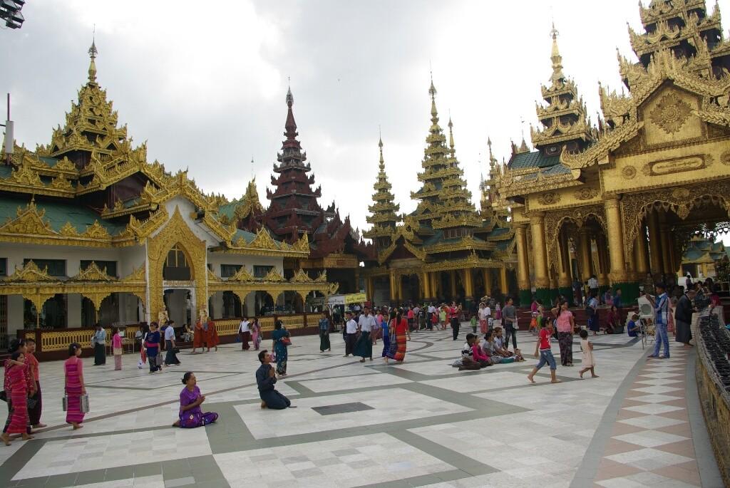 Der Hauptplatz vor der Shwedagon Pagoda.