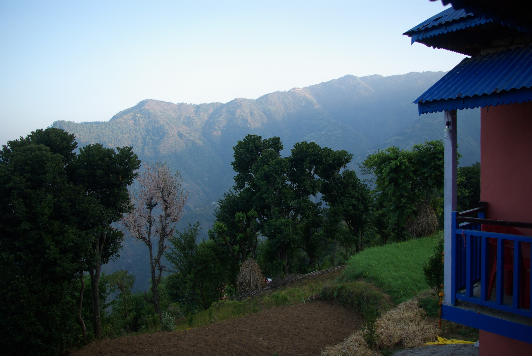 Die gegenüberliegende Mahrbaht-Range gehört auch zur Gemeinde. Dort liegt Shikarpur,das ich noch besuchen werde.