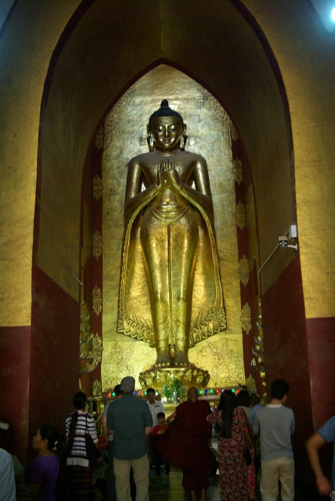 Eine große Buddha-Statue.