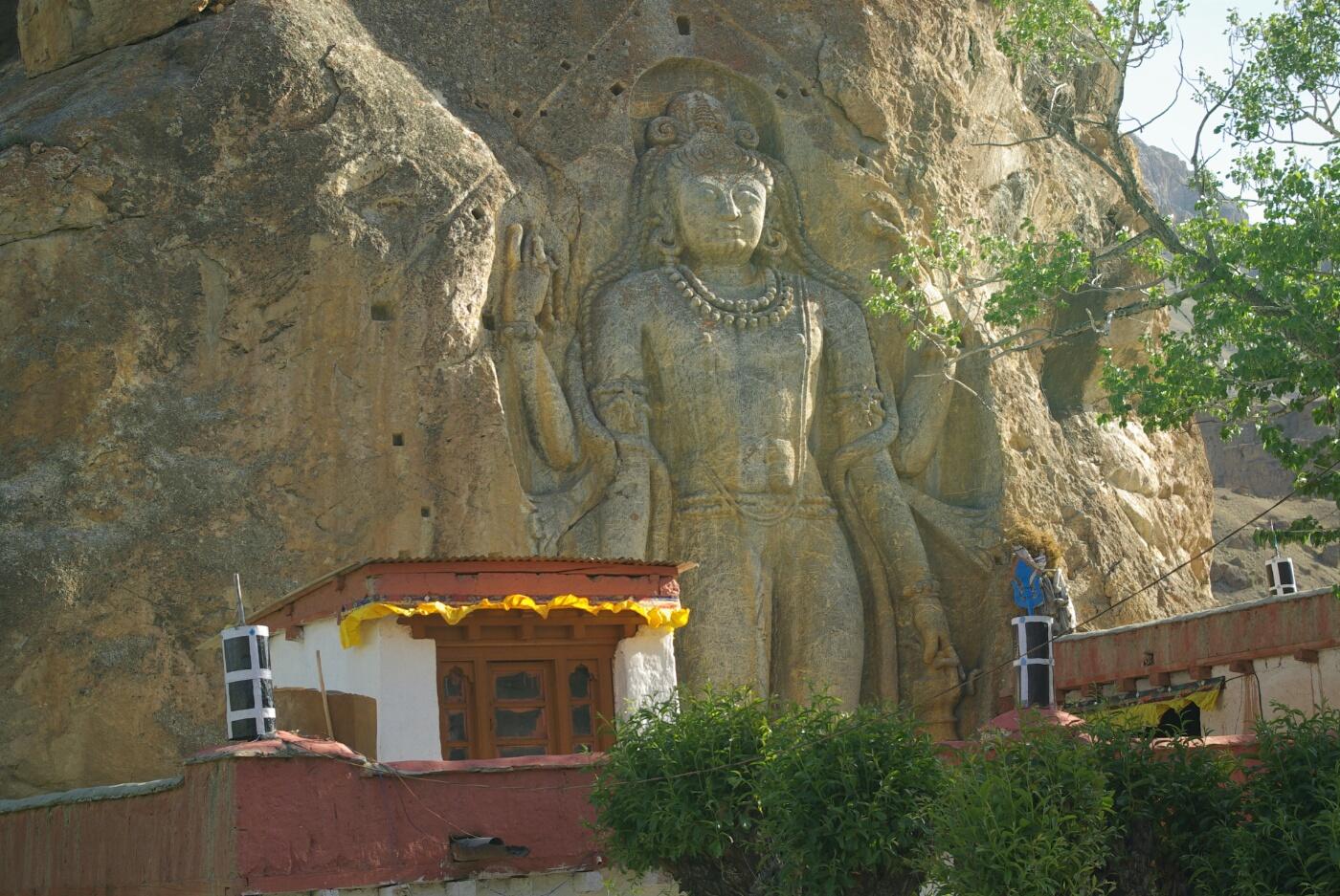 Unterwegs nach Wakha: 9 m hohe Buddha Statue aus dem 8. Jhd. Nähe Mulbek.